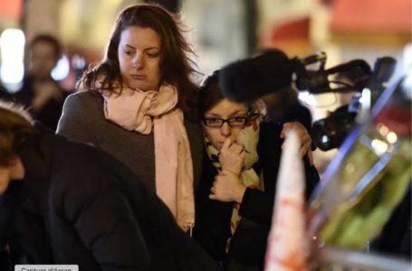 Deux personnes rendent hommage aux victimes des attentats, près du Bataclan le 14 novembre 2015