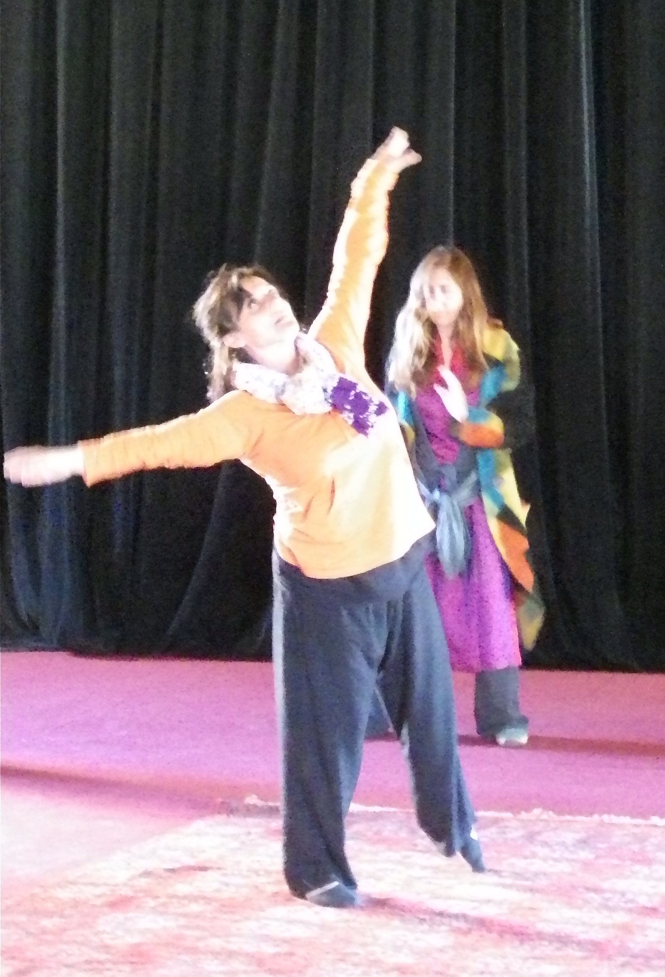 """Le terme """" thérapie """" dans son sens initial veut dire : """"Remettre en harmonie"""" L'acte de Danser c'est : """" Etre soulevé par une joie qui se nourrit d'elle même ! """". Approcher et contacter l'outil """" Choréa thérapie """" c'est : """" Harmoniser le corps en ressentant la joie d'Etre dans le Mouvement de la Vie ! Panser ses plaies, Soigner l'âme et Restaurer l'image de Soi! La Choréa thérapie est une méthode de soin qui utilise la Danse comme objet médiateur dans la relation thérapeutique. """"Depuis toujours, la Danse fait partie des rituels de guérison et de célébration des cultures traditionnelles."""